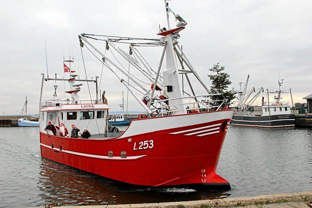 """Det gode skib """"LAURA"""" anløber Jegindø Havn med Julemanden ombord. Foto: Hans B. Henriksen"""