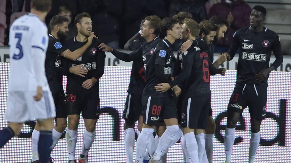 Erik Sviatchenko får her lykønskninger fra sine holdkammerater efter sit tidlige mål FC København torsdag aften. Foto: Henning Bagger/Ritzau Scanpix