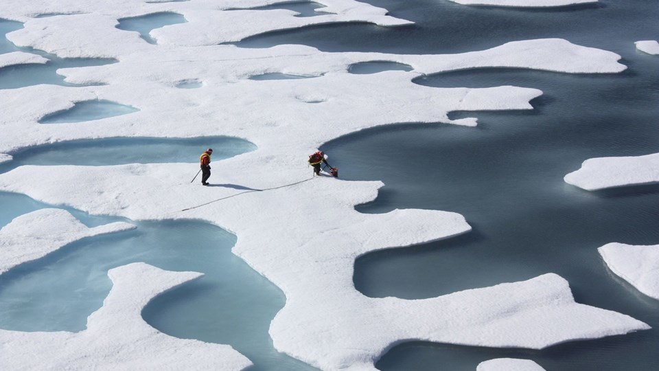 The crew of the U.S. Coast Guard Cutter Healy retrieves supplies dropped by parachute in the Arctic Ocean Foto: Scanpix/Nasa