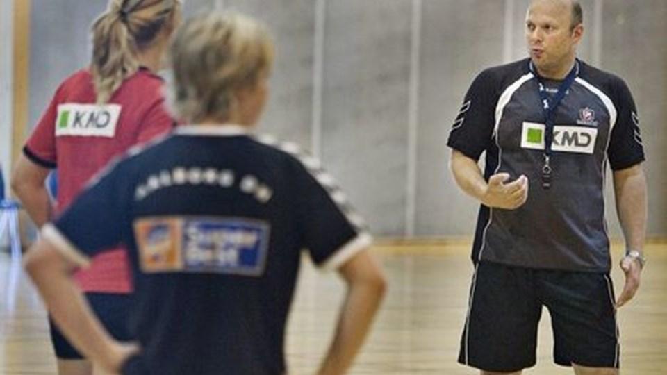 Den nye cheftræner, Leif Gautestad, havde flere af ADH-spillerne i aktion til træning mandag, hvor spillerne blev orienteret om den nye situation.Foto: Martin Damgård
