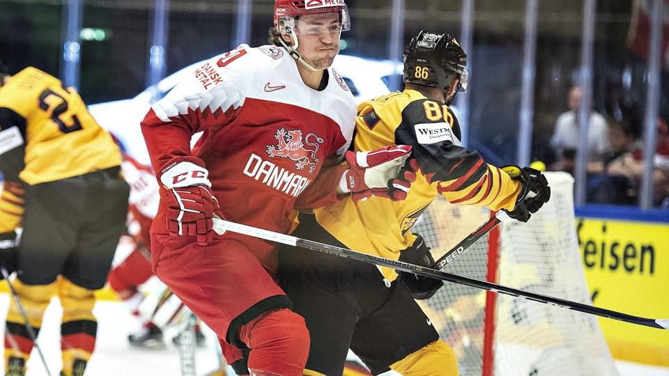 Den danske ishockeyspiller Mathias Bau, som her ses i aktion mod Daniel Pietta fra Tyskland, er færdig for resten af VM-turneringen på grund af en skade. Foto: Scanpix/Henning Bagger/arkiv