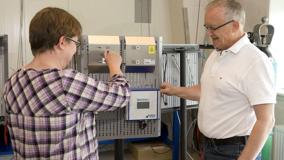 Direktør Poul Sørensen og Susanne Højer, begge fra Green Instruments, ved et apparat, der måler røggas. Arkivfoto: Carl Th. Poulsen