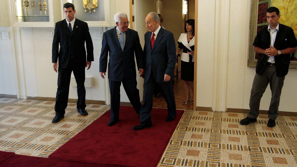 File photo of Israel's President Peres and Palestinian President Abbas walking together in Jerusalem Foto: Reuters/Ronen Zvulun