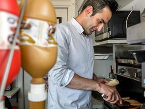 Majtaba Daliri giver en varm hotdog til 10 hjemløse i Hobro