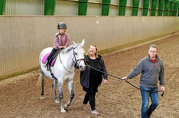 """Aya på 5 år får en ridetur på ponyen Misty, der bliver trukket af Tina. Louise Albertsen, der underviser i """"Pony Legestuen"""", følger med rundt. Foto: Niels Helver"""