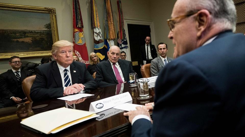 New Yorks tidligere borgmester Rudy Giuliani (forrest) blev for to uger siden rekrutteret til Trumps juridiske hold. Foto: Scanpix/Brendan Smialowski