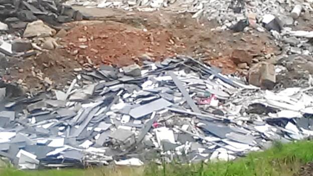 Uanmeldt inspektion udløser påbud: Vognmand skal knuse og rense affald før det dumpes
