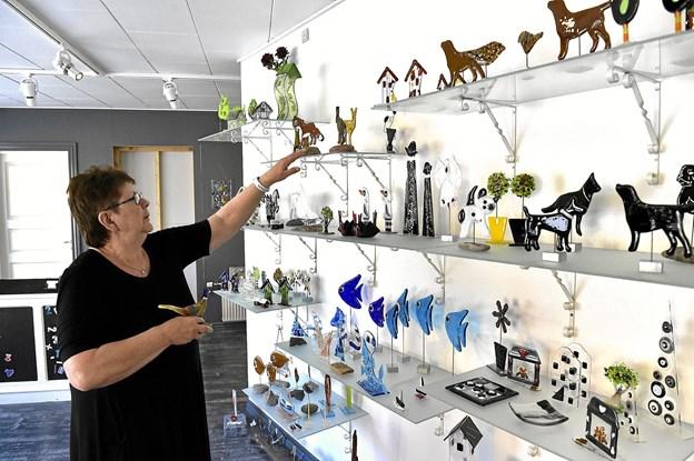 Ved lørdagens åbent hus er der mange tilbud på glasfigurer. Foto: Ole Iversen