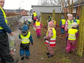 Børn i Tuen og Kløvermarken på skraldejagt