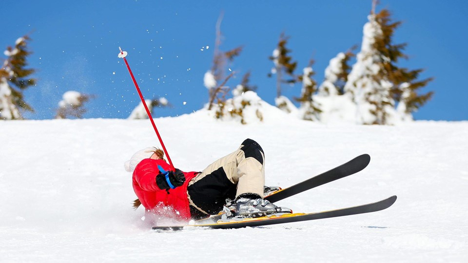 Fald på ski kan give grimme skader. Også på din økonomi. I hvert fald hvis du ikke er rigtigt forsikret. Foto: Iris/Scanpix