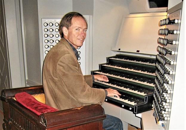 Flemming Dreisig ses her ved orglet i Københavns Domkirke, hvor han har været ansat. Foto: Privatfoto