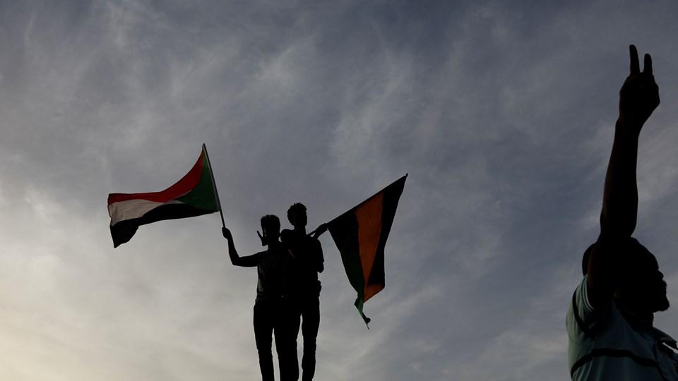 Sudanesiske demonstranter aktionerer uden for forsvarsministeriet i Khartoum. Sudans ledende protestgruppe siger, at der bliver gjort forsøg på at stoppe demonstrationerne, som har bragt Sudans militær under massivt pres for at overdrage magten til en ny civil regering.