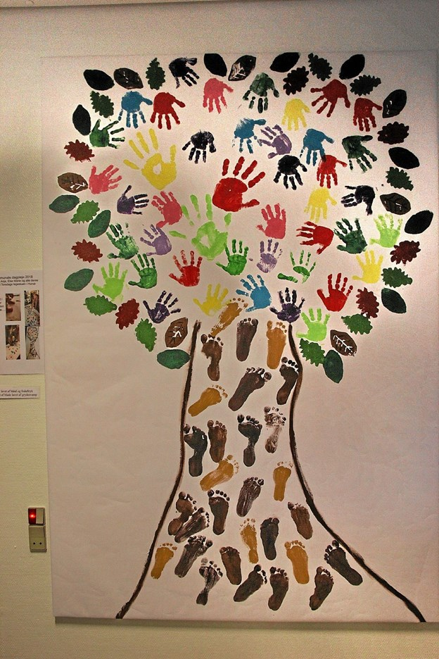 Smukt træ hvor der har været mange små hænder i sving og sandelig også fødder. Foto: Hans B. Henriksen