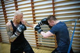 16f145a8 Tæsk og tramp: Unge går løs på hinanden til techno-musik i bokseklub