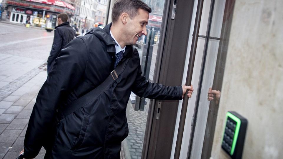 Vicestatsadvokat Jakob Berger Nielsen fører ordet fredag i Københavns Byret i straffesagen mod den tidligere chef for PET, Jakob Scharf. På foto'et ses han ankomme til retten ved et tidligere retsmøde. (Arkivfoto)