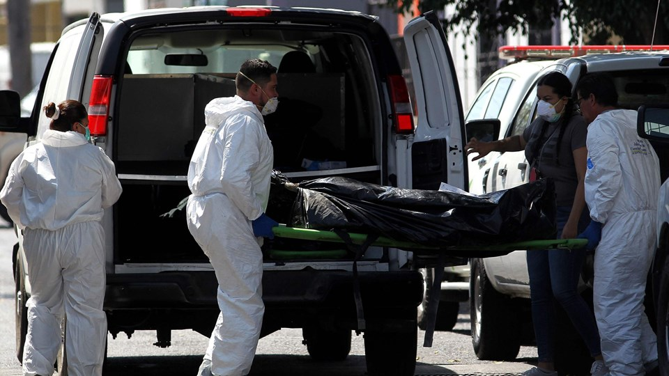 Retsmedicinere bærer et af i alt 15 lig fundet i Jalisco væk fra et hus. Jalisco er blandt de mest voldsplagede områder i Mexico.