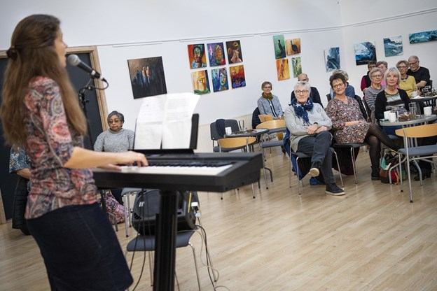 Sangskriver Astrid Holm Olsen er opvokset i Vendsyssel og er efter musikstudier på Aalborg Univesitet i dag bosat i Arden. Hun gav publikum smagsprøver på fem af sine sangnumre ved intimkoncerten.