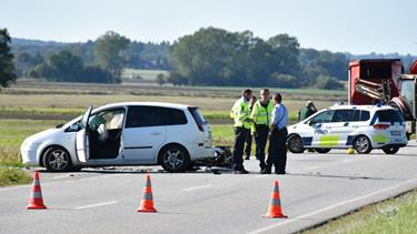 Motorcyklist alvorligt kvæstet i sammenstød med bil