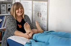 Britta tager hånd om fødder og krop
