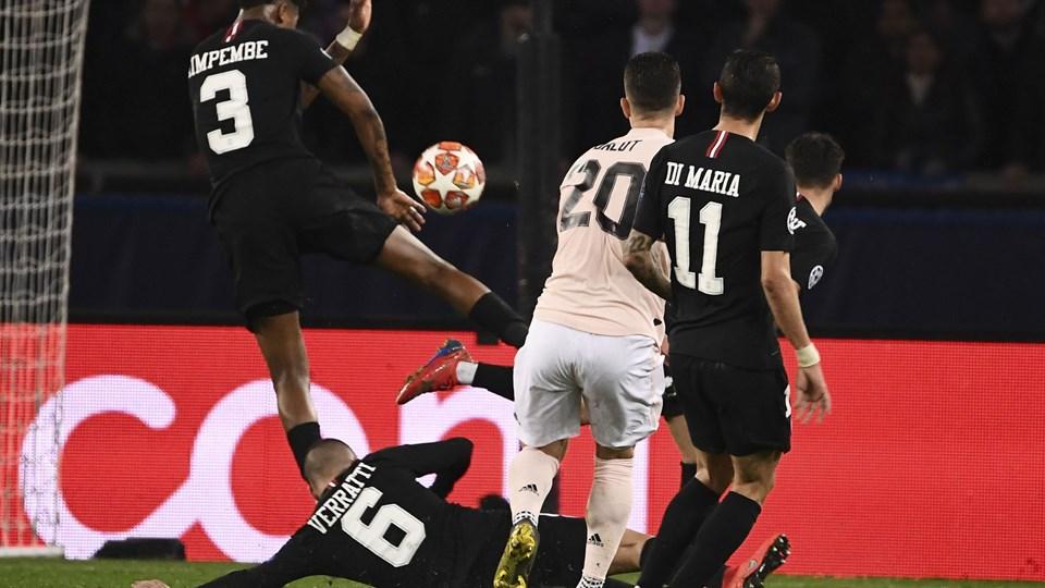 Paris Saint-Germains stopper Presnel Kimpembe (nummer 3) ramte bolden med armen i en Champions League-kamp hjemme mod Manchester United. Det takserede dommeren med hjælp fra VAR til straffespark, og det endte med, at United scorede og gik videre, mens PSG røg ud.