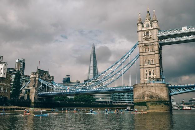 Christian og andre atleter under Tower Bridge i London. Foto: Privat