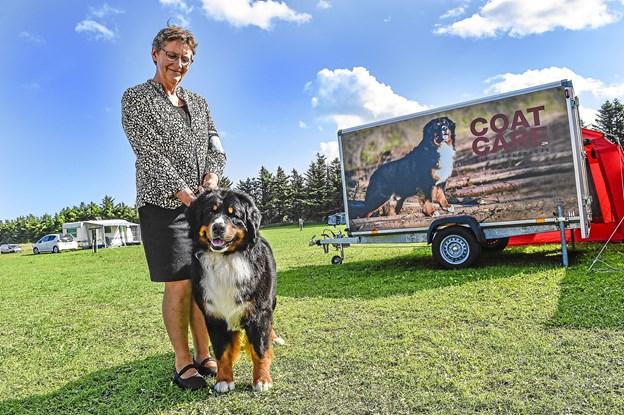Anni Smedsgaard fra Ansager med sin hund, der også pryder traileren i baggrunden.