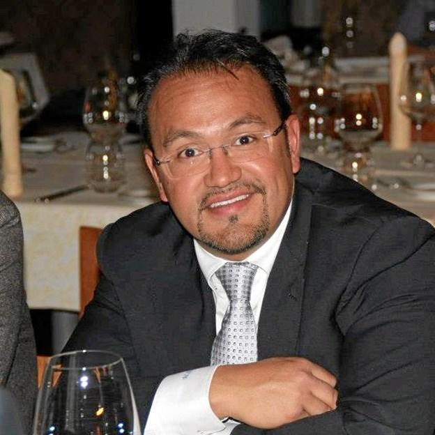 Mario Navarro serverer rom mandag 14. maj hos Hjørring Vin og Tobak A/S i Østergade i Hjørring. Privatfoto