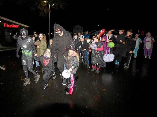 Handelsstandsforeningen opfordrer børn, unge og familier til at klæde sig ud og deltage i halloween-optoget i Dronninglund. Mange deltog sidste år, men man håber på endnu flere i år. Foto: Jørgen Ingvardsen
