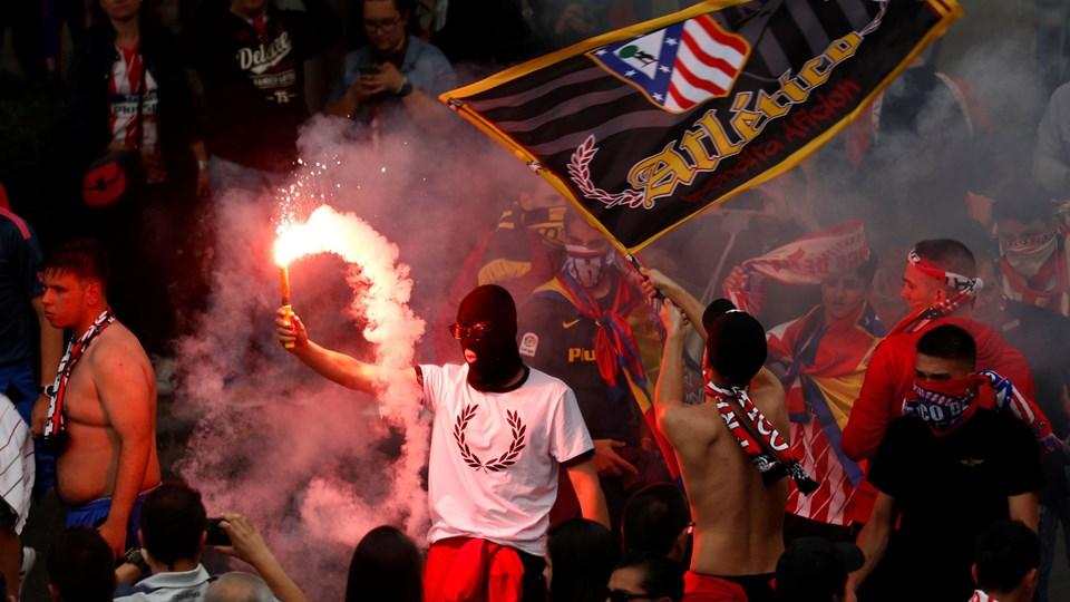 Der var både fest og ballade på tilskuerpladserne, da Atlético Madrid og Marseille onsdag spillede Europa League-finale i Lyon. Foto: Reuters/Juan Medina