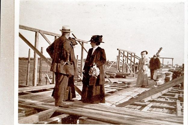 Under opførelsen af Klitgaarden i 1913 fik man besøg fra kunstnerkredsen. Her har både Anna og Michael Ancher vovet sig op på stilladset. LOKALHISTORISK ARKIV SKAGEN