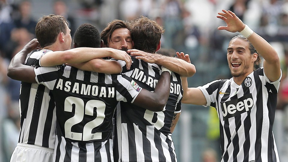 Juventus' midfielder Claudio Marchisio celebrates with teammates after scoring during the Italian Serie A football match Juventus vs Cagliari on May 18, 2014 at the Juventus Stadium in Turin. AFP PHOTO / MARCO BERTORELLO