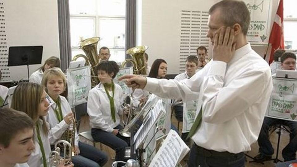 Hvert instrument i brass bandet skal stemme, og dirigent Brian Nyholm Christensen var i dyb koncentration inden nytårskoncerten i sognegården i weekenden. Foto: Kurt Bering