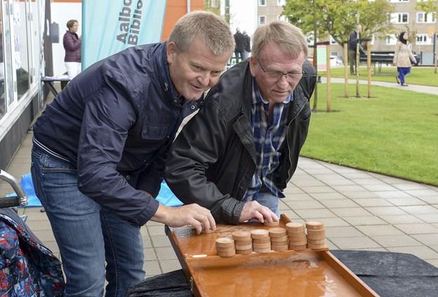 Direktør i Sundby-Hvorup Boligselskab, Jens Erik Grøn,(t.v.) og afdelingsformand Gunnar Sørensen er enige om, at renoveringen har været en stor succes, og at en tid på fire år er meget heldigt. Foto: Michael Bygballe