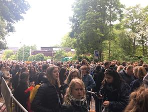 I kø til Mølleparken: Koncertgæsterne er klar