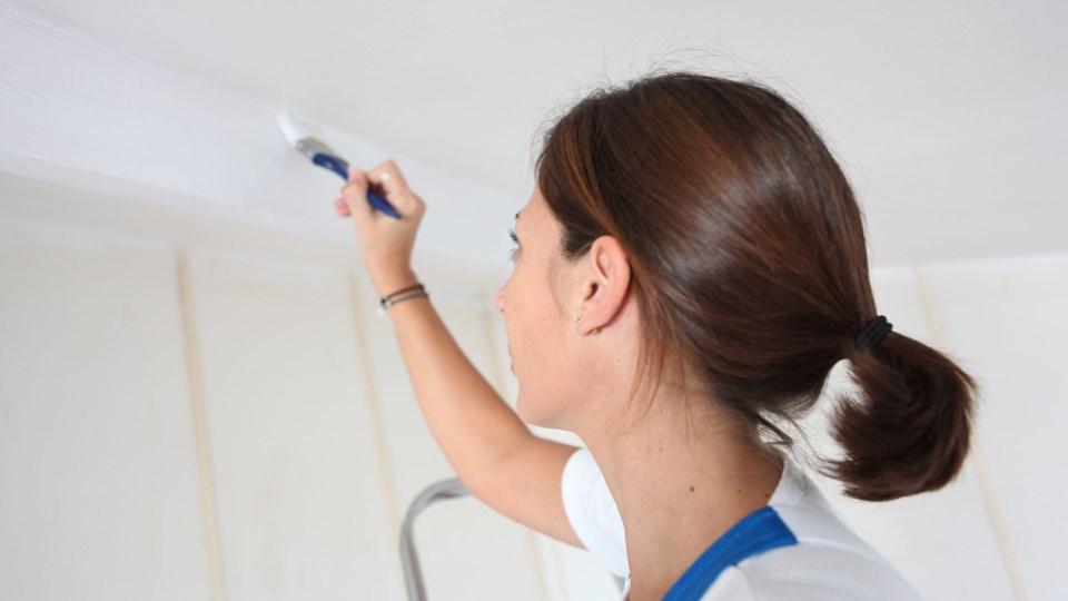 Brug en pensel til at komme ud i hjørnerne, hvor rullen ikke kan nå, og brug så derefter malerrullen så meget, du kan. Gå i gang med at bruge rullen, før hjørnerne er helt tørre, så du opnår en nogenlunde ens struktur. Foto: Free/Colourbox