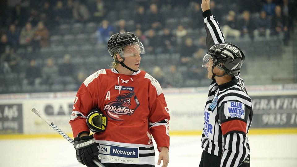 Mathias Månsson brokkede sig atter til en ti minutters udvisning mod Odense. Foto Michael Koch