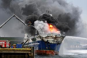 Brændende russisk trawler lækker olie i Norges Tromsø