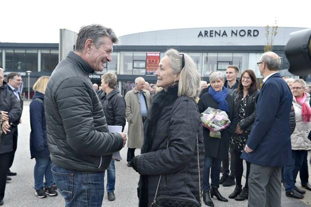 Jens Gaardbo, frederikshavner om en hals og nyhedsvært på TV2 News, i snak med Rudi Nielsen, da Harald Nielsens plads blev indviet ved Arena Nord i 2016. Sådan en begivenhed misser man ikke, når sjælen fortsat er i fødebyen.