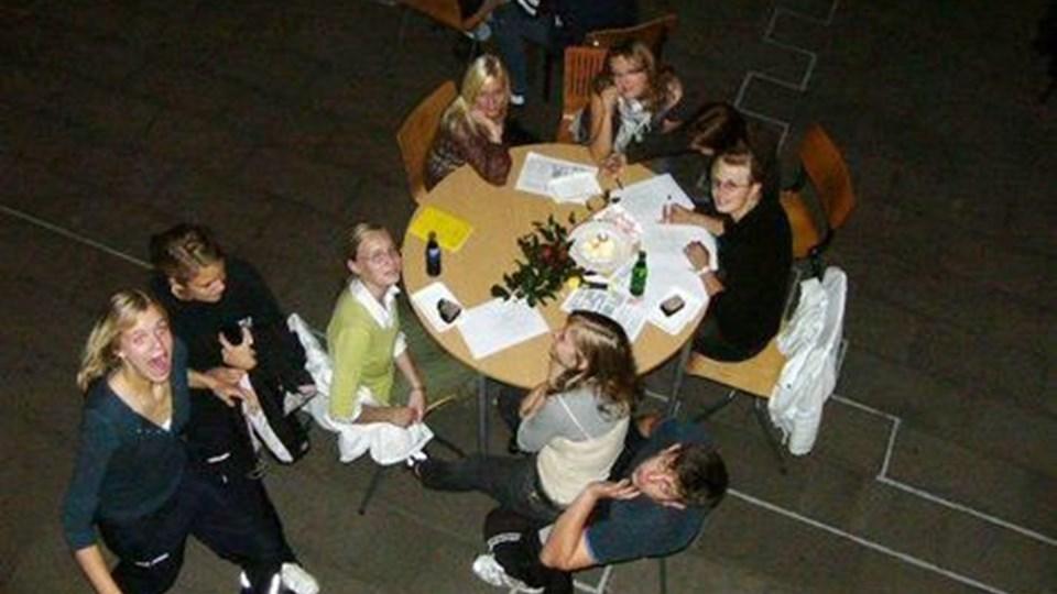 Lyset blev slukket, og eleverne skulle finde en pose matadormix i mørket, da der var KAOSLØB.