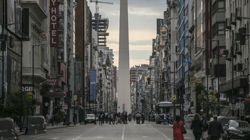 Trafikken var væk fra den centrale Corrientes Avenue i Buenos Aires torsdag, hvor myndighederne gik i gang med at opstille sikkerhedsafspærringer og gøre klar til G20-topmødet.