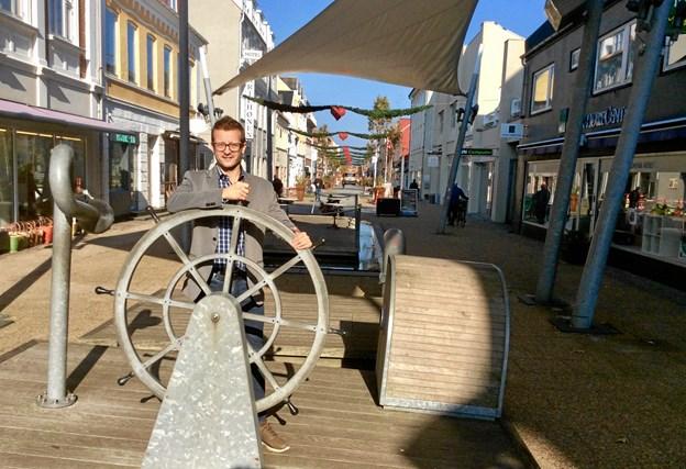 Med FREDERIK og handelschef Dan Kobberup ved roret har byens unikke juleudsmykning vokset sig større siden 2015 - nu tændes den så også 14 dage tidligere end sidste år.