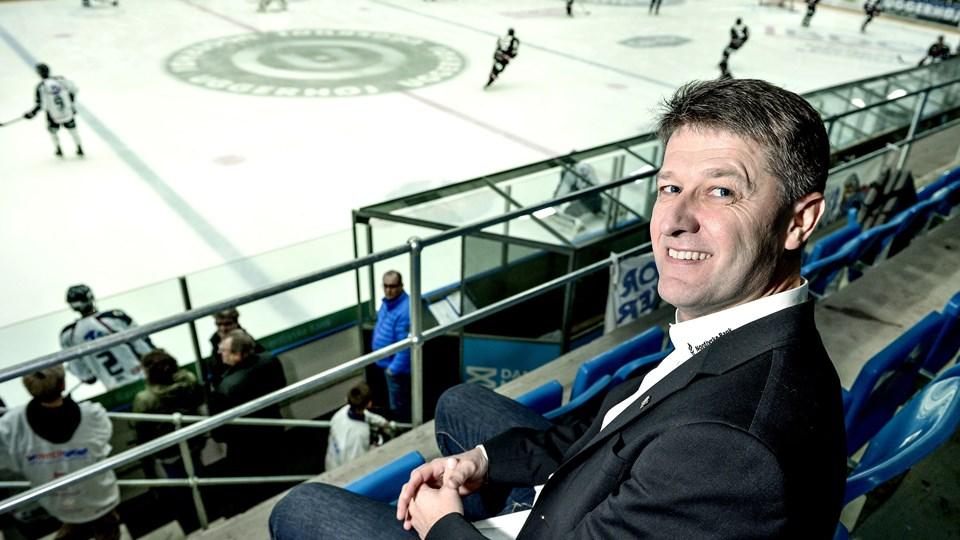 I Frederikshavn White Hawks glæder direktør Henrik Andersen over, at Jari Pasanen også i næste sæson er træner i klubben. Arkivfoto: Henrik Louis