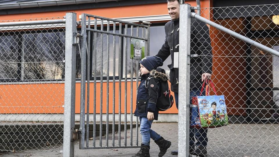 Retningslinjer i den nye dagtilbudspoltik lægger op til en tryg barndom for børn i institutioner, men forældre har kritiseret en presset virkelighed i institutionern. Arkivfoto: Bent Bach