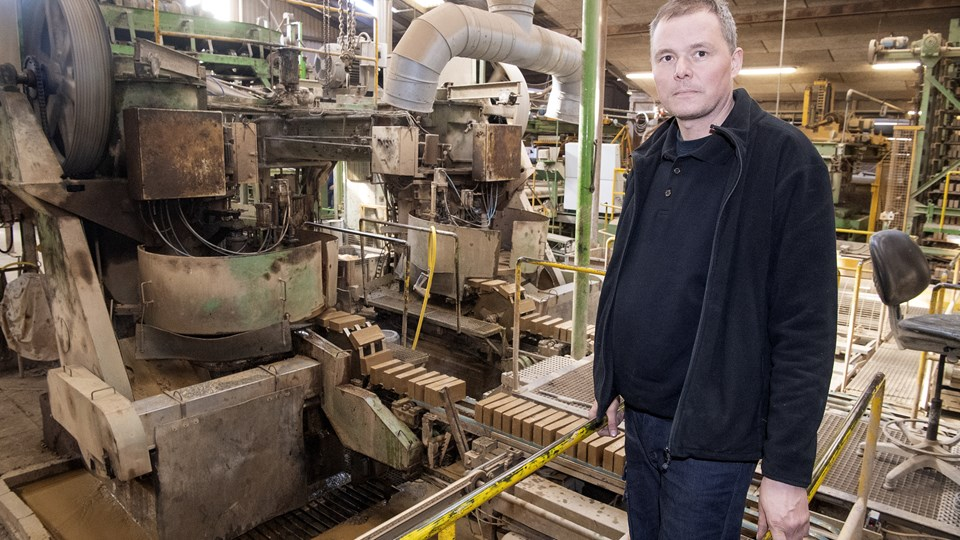 Hans Christian Hansen er tredje generation i Helligsø teglværk, der har været i familiens eje siden 1930'erne. Han fortæller, at der sker en voldsom produktudvikling i disse år. Forbrugerne efterspørger ikke længere røde eller gule murstenshuse. Ligesom i tøjmode gælder det nu også for mursten, at der laves farvekollektioner. Foto: Peter Mørk