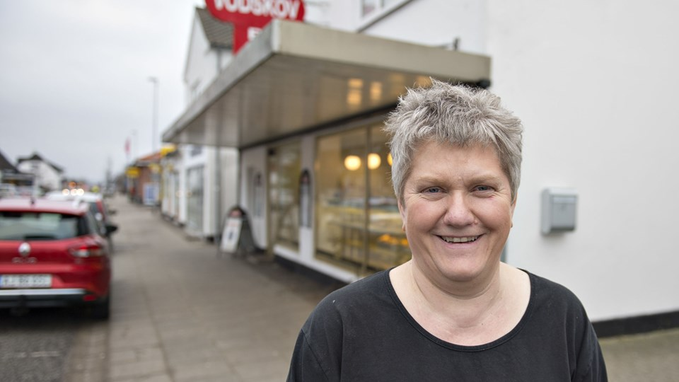 Mens konkurrencen fra supermarkederne får bagerbutikker landet over til at dreje nøglen om, så går Lene Møller fra Nørresundby imod strømmen. Hun har overtaget lokalerne, hvor Guldbageren i Vodskov holdt til, og vil fremover drive bagerbutik under navnet Vodskov Bageren. Foto: