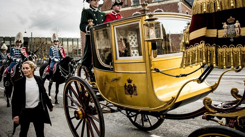 Dronningen eskorteres af Gardehusarregimentets Hesteskorte i guldkaret fra Amalienborg til Christiansborg Slot. Foto: /ritzau/Johansen Linda/arkiv