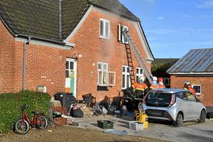 Villa voldsomt skadet ved brand - to katte omkom