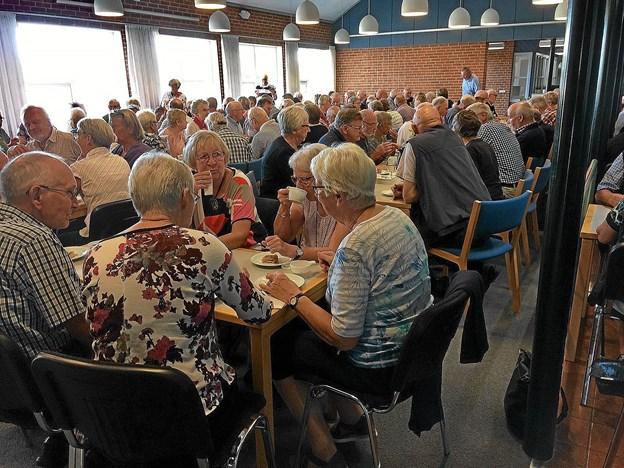 Der var tæt pakket i salen på Sydthy Uddannelsescenter hvor 152 personer var mødt op for at høre Leif Davidsen. Foto: Hans B. Henriksen