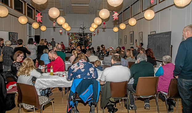 """Der var fyldt godt op i """"den gamle gymnastiksal"""", da nogle af børnene fra skolen underholdt med sang og musik. Foto: Mogens Lynge Mogens Lynge"""