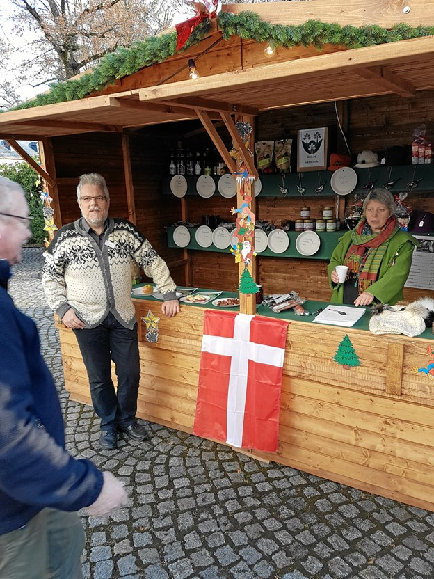 Borgmester Leon Sebbelin til julemarked i det tyske i 2016. Rebild Kommune optrådte til lejligheden dengang med sin egen stand på julemarkedet i Gelenau. Privatfoto